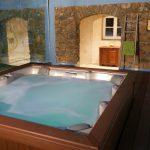 Casa di l'onda jacuzzi couvert en extérieur avec vue sur nature et piscine